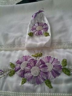 . Ribon Embroidery, Ribbon Embroidery Tutorial, Towel Embroidery, Simple Embroidery, Hand Embroidery Designs, Ribbon Art, Ribbon Crafts, Crazy Quilting, Crochet Potholder Patterns