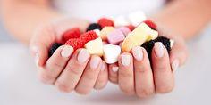 Pokud chcete omezit konzumaci cukru, neznamená to, že jen ze svého jídelníčku vypustíte čokoládu, smažená jídla a tuky. I potraviny, které se tváří jako zdravé, mohou být zákeřné a ukrývat v sobě cukr, o kterém nemáte tušení. Jaké to jsou?