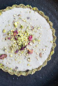 Tarte à la rose et à la pistache - suivre le lien pour la recette (en anglias) (https://lovingearth.net/blog/recipe/mains/rose-pistachio-love-tarts/)