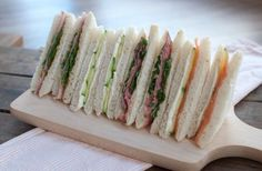Recipe: 4 sandwiches for high tea - Savory Sweets, High Tea Sandwiches, Tee Sandwiches, Recept Sandwiches, Berry Smoothie Recipe, Easy Smoothie Recipes, English High Tea, Tapas, High Tea Food, Grilled Fruit