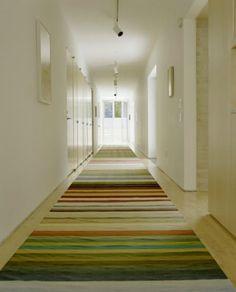 pasillo decorado con alfombra de rayas