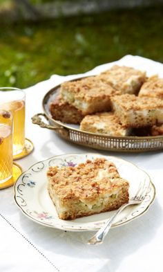 Mehevä raparperipiirakka on kahvipöydän varma hitti! Cookie Recipes, Dessert Recipes, Desserts, Crumble Pie, Piece Of Cakes, Sugar And Spice, Let Them Eat Cake, Wine Recipes, Banana Bread