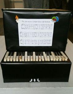 Piano surprise sinterklaas gemaakt met wasknijpers
