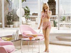Renee zellweger, junto a dos butacas de color rosa, en la película Mirada Felina. #reneezellweger