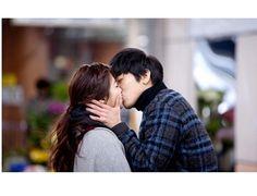 """FNC Entertainment, la agencia de CNBLUE, ha presentado fotografías de Yonghwa besando a una actriz que aparece en el video musical """"One Fine Day"""".  Previamente, Yonghwa había lanzado un tease..."""