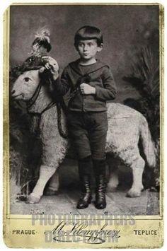 J'ai aussi une photo avec un cafard …mais c'est une autre histoire que je vous ferai peut-être lire  plus tard! .   Franz Kafka's childhood photograph (Prague, 1888, aged 5).