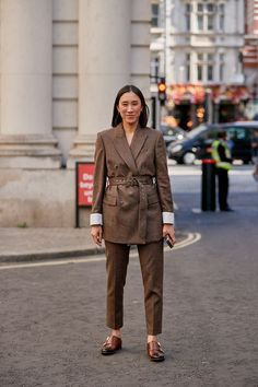 Click through to see the latest London Fashion Week street style shots from the spring 2020 shows happening in London this week. Top Street Style, Spring Street Style, Street Style Women, New York Fashion, London Fashion, Street Fashion, Japan Fashion, India Fashion, Latest Fashion