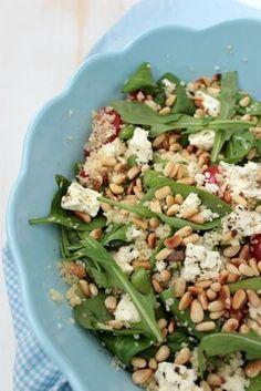 Mediterraner Couscoussalat mit Pinienkernen und grünem Spargel. Dieser Salat passt perfekt zum grillen,ausserdem ist er super gesund und schmeckt zudem noch fantastisch. Rezept gibts bei http://sasibella.blogspot.de/
