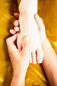 Acupressure Points on the Fingers & Feet Foot Pressure Points, Pressure Point Therapy, Reflexology Points, Acupressure Points, Acupressure Therapy, Reflexology Massage, Remedies For Menstrual Cramps, Acupuncture Benefits, Acupressure Treatment