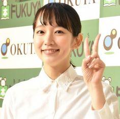 """朝ドラ『あさが来た』(NHK総合)で注目された吉岡里帆がその後、連続ドラマに3期続けてレギュラー出演中だ。CMやバラエティでもよく見るようになり、緩やかにブレイクを果たしつつある。ドラマでは控えめな役が多いが、本人も整った顔立ちながら派手すぎないたたずまいで、""""ジミカワ(地味で可愛い)""""ぶりが好感度を高めている。"""