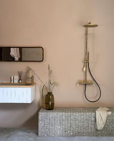 Woontrend 2021: zo haal je de Japandi-trend in huis | vtwonen Bathroom Interior Design, Interior Decorating, Douglas Jones, Shower Time, Bath Room, Loft, Interiors, Projects, Trends