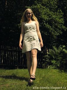 Světlé šaty oživené obilnými klasy na levém boku.