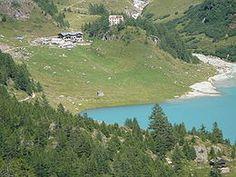 Rifugio Prarayer - Bionaz, in Valpelline (Valle d'Aosta) - È situato tra le case di Prarayer, sulla riva orientale del lago di Place-Moulin, lungo il percorso del tour del Cervino.