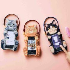일본 'Felissimo'의 'YOU+MORE'에서는 무척 귀여운 동물 디자인의 제품들을 선보이고 있습니다. 이들이 제작하는 디자인은 모두 기발하고 창의적인 모습을 하고 있는것이 특징이죠. 때문에 여기 그들이 제작한 또하나의 고양이 디자인의 제품이 눈길을 사로 잡습니다. 바로 고양이의 배를 문지르는 것 같은 이색적인 장면을 만드는 '고양이 스마트 폰 파우치(猫のおなかナデナデスマートフォンポーチ)'입니다.  이 독특한 스마트 폰 파우치는 고양이가 배를 위로 향한채 누워 있는 듯한 이색적인 디자인을 하고 있습니다. 사용자는 간단하게 스마트폰을 끼우고 사용할 수 있으며, 마치 귀여운 고양이를 만지고 있는 듯한 이색적인 느낌을 받을 수 있습니다.