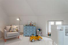 Chambre pour bébé avec du parquet blanc