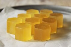 These Honey & Chamomile Antioxidant Gummies will help boost your immune system to ward off seasonal illness! This simple recipe requires only 3 ingredients. Honey Apple Cider Vinegar, Cider Vinegar Benefits, Natural Home Remedies, Herbal Remedies, Holistic Remedies, Honey Candy, Chamomile Tea, Chamomile Recipes, Honey Recipes