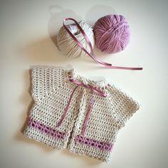 Rebeca  Talla 1-3 meses #mantas #crochet #hechoamano #handmade #miabuelangelita #lana #algodón #ropadebebe #bebe #canastilla #canastilladebebé #cubrepañal #culotes #jersey #rebecas #peleles #petos #reciénnacido