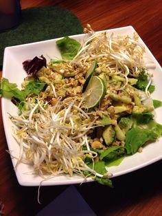 Fresca, croccante e avvolgente. Una insalata gustosa e salutare a base di germogli di soia, avocado, noci e lime #insalata #vegetariano