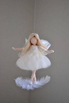 Hada blanca Felted muñeca lana ornamento: Hadas en la pluma White fairy Felted doll wool ornament: Fairies in the feather DIY Wool Dolls, Felt Dolls, Felt Crafts, Diy And Crafts, Crafts For Kids, Wet Felting, Needle Felting, Felt Fairy, Doll Tutorial
