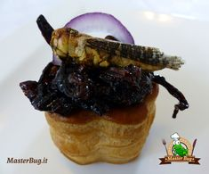 il Video con la preparazione della Ricetta Voulevant con Cipolla e Cavallette al Pomodoro: Video, Steak, Food, Essen, Steaks, Meals, Yemek, Eten