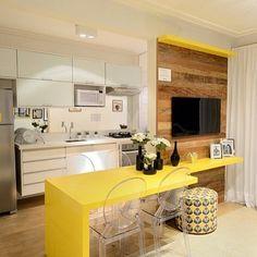 Sala de TV com cozinha integrada por Renata Cafaro Arquitetura Kitchen Dinning, Kitchen Decor, Red Kitchen, Vintage Kitchen, Küchen Design, House Design, Home And Deco, Interior Design Living Room, Home And Living