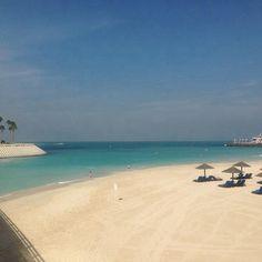 Hvis du vil tage dig en dukkert i Dubai, så bliver du ikke skuffet. Det klare blå vand, er både smukt at se på og skønt at bade i. www.apollorejser.dk/rejser/asien/de-forenede-arabiske-emirater/dubai