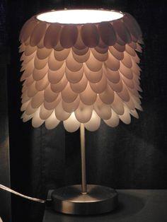 Deze+lepellamp+heb+ik+gemaakt+op+mijn+stage,+en+is+erg+leuk+om+te+doen!  Je+hebt+alleen+een+lampenkap+nodig+en+een+standaard+waar+de+lamp+op+kan+met+een+bolletje,+plastic+lepeltjes+en+een+heet+lijmpistool!