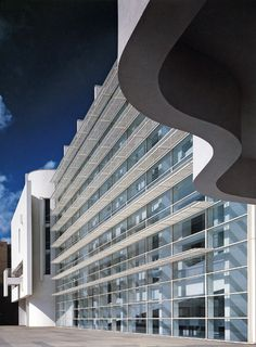 arq. RICHARD MEIER. En 1995 Richard Meier realizó el diseño del que ahora es el Museo de Arte Contemporáneo de Barcelona (MACBA). Se trata de un edificio de corte racionalista situado en el Raval, con claras influencias de Le Corbusier. Se basa en un concepto sencillo: la luz natural. Los espacios interiores, blancos y diáfanos, combinan líneas claras con curvas. Cuatro espacios cuadrangulares se articulan gracias a otro espacio circular.