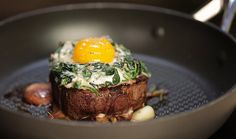 Dopřejte si skvělý steak s vejcem, žampiony a sýrovou omáčkou. A to nejen na Valentýna! Máte rádi bramboráky? Místo nich zkuste přílohu zvanou hash brown. K této lahůdce vám postačí pouhé dvě suroviny – brambory a cibule. Steak, Brunch, Food, Essen, Steaks, Meals, Yemek, Eten