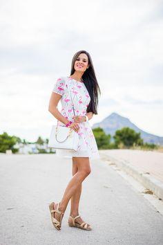 Flamingo dress vestido estampado flamencos bolso blanco Michael Kors white tote Jávea Crimenes de la Moda