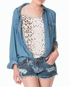 Shorts + top #AnimalPrint + #blusa de jean abierta. Un resultado casual y muy trendy.  #BlusasTrend #Marquis