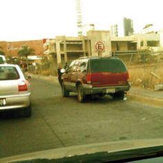 Esta camioneta tiene toda la semana parada en Real Acueducto y obstaculiza el tránsito, al conductor poco le importó el aviso de no estacionarse. Foto de reportero ciudadano anónimo.