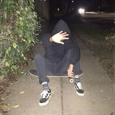 aesthetic, dark, and skateboard εικόνα Tumblr Boys, Photographie Indie, Night Vibes, Grunge Photography, Skater Boys, Aesthetic Grunge, Aesthetic Dark, Cute Boys, Photos