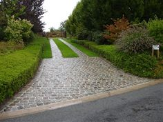 This excellent grass driveway is surely an inspirational and excellent idea Stone Driveway, Driveway Design, Driveway Landscaping, Lake Garden, Terrace Garden, Garden Paths, Front Garden Landscape, Driveway Entrance, Landscape Concept