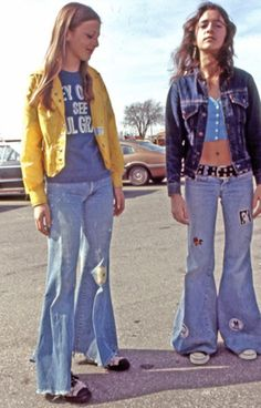 Street Style Vintage Photos Flare Jeans Wide Leg Bell Bottoms Sneakers Via Tres Blase 70s Outfits, Vintage Outfits, 60s And 70s Fashion, Retro Fashion, Vintage Fashion, Style Fashion, Denim Fashion, Fashion Men, Vintage Mode