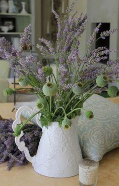 Ana Rosa - lavender and poppy seed pods Lavender Cottage, French Lavender, Lavender Blue, Lavender Fields, Lavender Flowers, Fresh Flowers, Beautiful Flowers, Lavander, Lavender Sachets