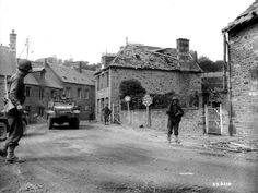 https://flic.kr/p/5fss4c | p011234.jpg | Des soldats de l'infanterie et des blindés américains entrent dans Lonlay L'Abbaye, au départ de la rue Saint Michel. Half-Track du 41st Armored Infantry Regiment de la 2nd AD. Le CCA de la 2nd US AD traverse Ger et Lonlay L'Abbaye le 14 août 1944. Voir ici: www.flickr.com/photos/mlq/2788993369/ et ici: www.flickr.com/photos/mlq/1787250891/in/pool-hier-aujourdhui