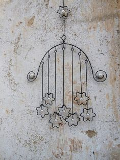 Create adorable wind chimes with wire and stones. Wire Hanger Crafts, Wire Crafts, Metal Crafts, Suncatchers, Wire Art Sculpture, Art Sculptures, Wire Wall Art, Wire Ornaments, Metal Hangers