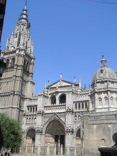La Catedral Primada de Toledo es quizá el edificio más representativo de la ciudad. Las paredes están abiertas con ventanales y rosetones que lucen hermosas vidrieras, las más antiguas de las cuales datan del siglo XIV.