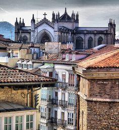 *** Tejados de Vitoria - Gasteiz, al fondo la Catedral Nueva.  VITORIA 2011, BASQUE COUNTRY, SPAIN