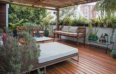A cobertura com um jardim de 35 m² voltado para os quartos foi um achado para a família da arquiteta Márcia Gullo. Sobre a pérgola de bambu há um plástico de estufa que bloqueia chuvas mais leves, mas permite a ventilação