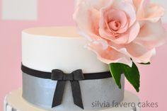 Detalle de la torta moderna y feminina en plateado, blanco y negro, con una gran rosa rosada. Todo 100% comestible.   Modern and femenine cake. Silver, white and black. With a big pink rose. All edible.