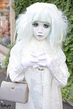 Japanese shironuri artist Minori on Cat Street in Harajuku wearing white lace and carrying a small plush rabbit. Quirky Fashion, Lolita Fashion, Star Fashion, Girl Fashion, Fashion Design, Cute Costumes, Girl Costumes, Cosplay Costumes, Japanese Streets