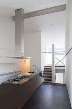 Casa japonesa diseñada alrededor de una mesa de comedor por Tsubasa Iwahashi Architects