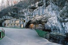 Hotel 'Beckham Creek Cave Haven' is located in Springdale, in Arkansas (USA). The standard rate in 'hotel-cave' is $ 1000 per night (up to ten people).