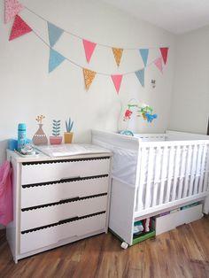 Bandeirolas na parede do quarto do bebê