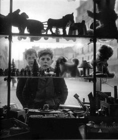 Robert Doisneau Christmas shop window in Paris, 1947