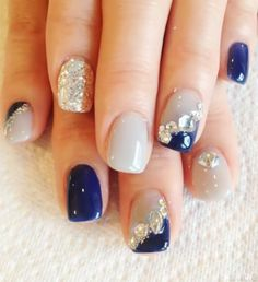 美甲图片 - 斜法式贴钻,蓝色和灰色的搭配 让你指尖贵气大方。