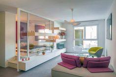 Studio - Créer un espace ouvert tout en conservant un espace chambre est possible ! Grâce à notre système de cloison la séparation devient une composition TV modulable.