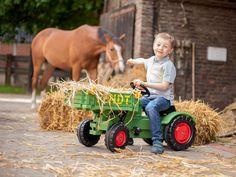 Traktor #Fendt je krásny detský traktor, ktorý je navrhnutý vo vintage štýle. Bol inšpirovaný reálnym traktorom Fendt GT. Fendt Gt, Cow, Animals, Vintage, Board, Toy, Tractor, Animales, Animaux